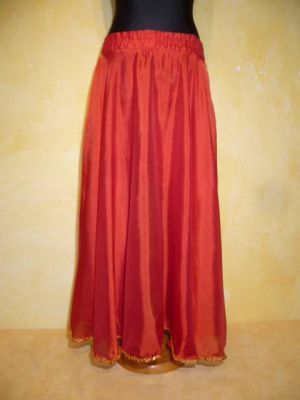 Bauchtanzrock aus rotem Chiffon mit goldfarbenen Borten