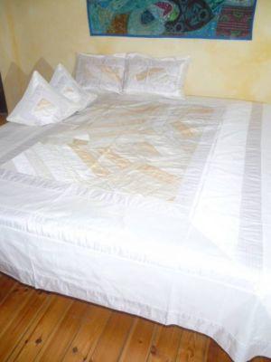 Tagesdecke Patchwork weiß-creme - mit vier Kissenbezügen
