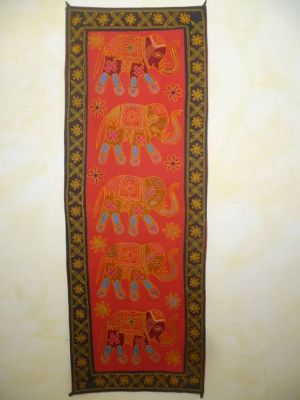 Indischer Wandbehang mit Elefanten-Motiv rot mit schwarzem Rand