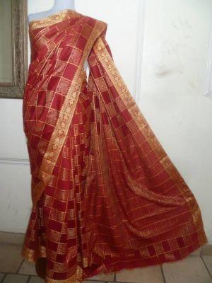 Baumwoll-Sari weinrot mit hellbeigefarbenen Borten