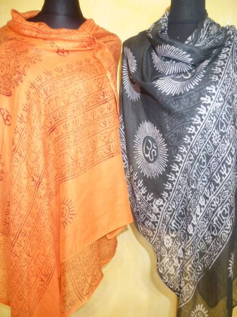 OM-Schals in 3 Farben