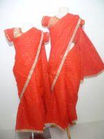 Kindersari Georgette rot mit Silberborte und kleinen Glitzerpunkten